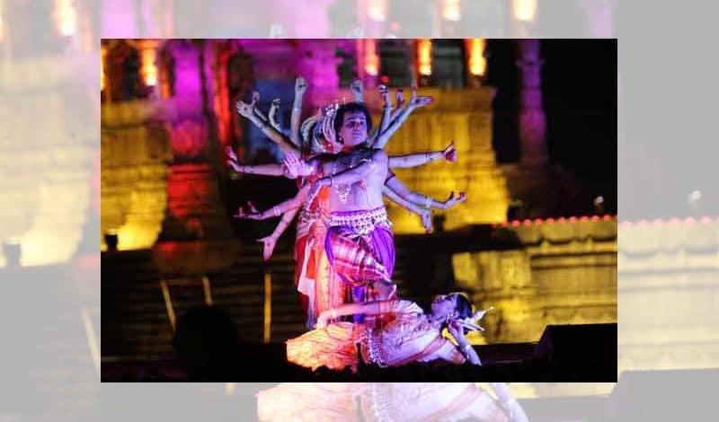 Tanzfestival vor der Kulisse des Sonnentempels in Modhera