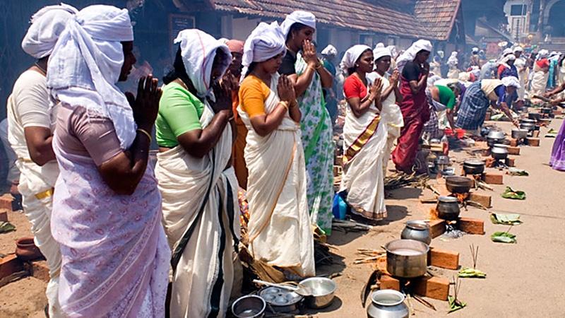 Hunderttausende Frauen kochen zu Attukal Pongala für die Muttergöttin