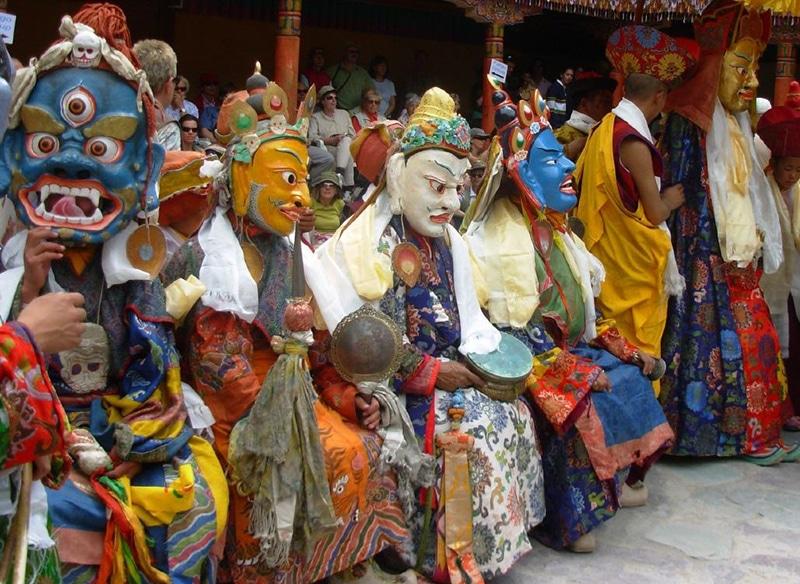 Farbenprächtige Kostüme und Masken sieht man bei Hemis-Festival. Foto: Madhav Pai