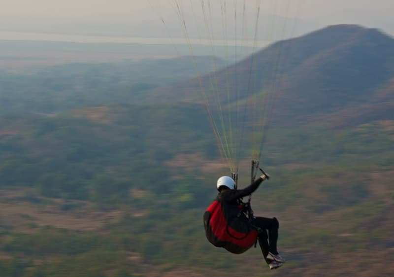Paragliding in Maharashtra. Foto: Mark Shann