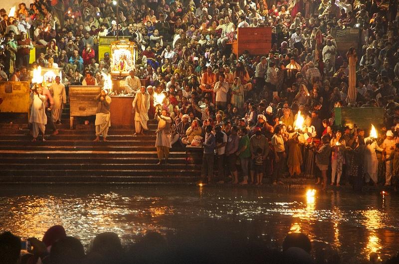 In Haridwar findet eine bei indischen Pilgern sehr beliebte Aarti statt. Foto: New Delhices