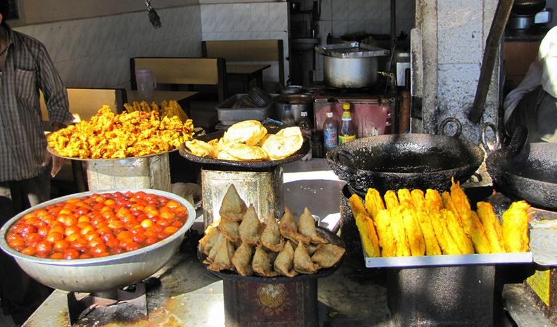Auch auf der Straße bekommt man leckere Snacks. Foto: Paul Hamilton
