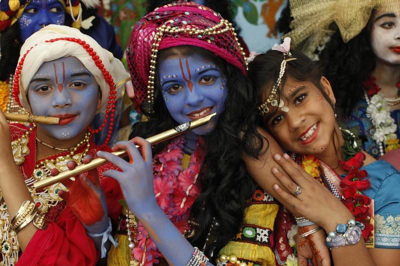 Indische Kinder, geschmückt für die Feiern zu Krishnas Geburt. Foto: Philippe Lissac