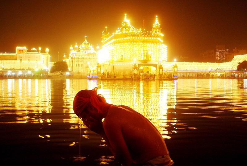 Am Geburtstag von Guru Nanak strahlt der Goldene Tempel in Amritsar doppelt so schön