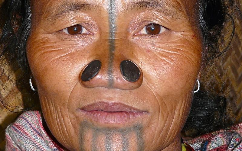 Apatani-Frau mit traditionellem Gesichtsschmuck. Foto: Rita Willaert