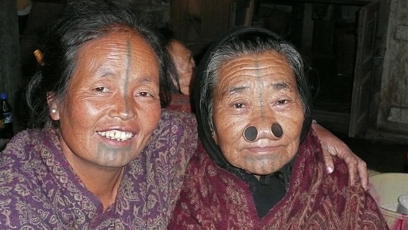Zwei Apatani-Frauen. Foto: Rita Willaert