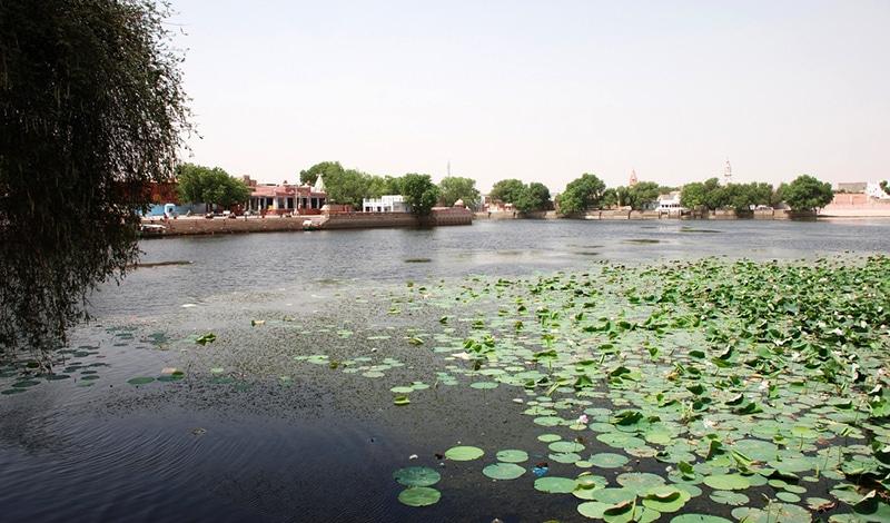 Der heilige See in Kolayat außerhalb der Festivalwoche. Foto: SN Johnson-Roehr