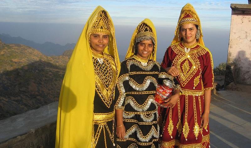 Festlich gekleidete Frauen am Mt. Abu