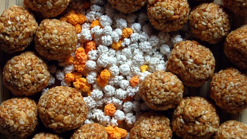 Die Süßigkeit namens Til-gud wird zu Makar Sankranti gereicht. Foto: Saloni Desai