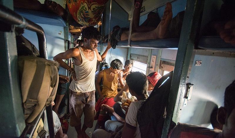 volles Zugabteil Indien