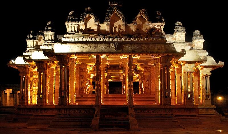 Beim Hampi Festival werden nachts die Tempel festlich beleuchtet. Foto: Shanshank Kapur