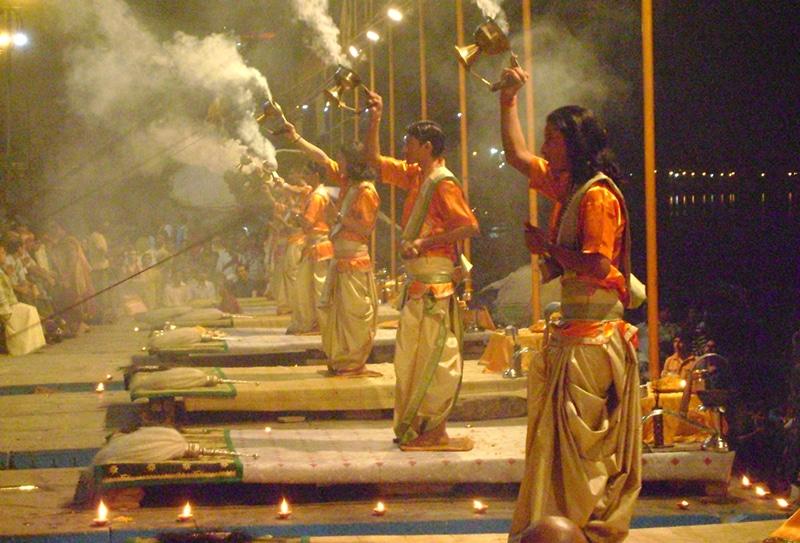 Die Aartis in Varanasi gehören zu den schönsten, bewegendsten Ritualen Indiens. Foto: Shwetank Dixit