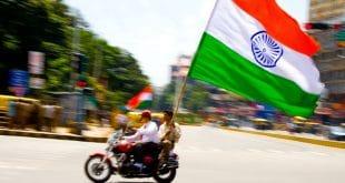 Mit wehenden Fahnen durch die Stadt - Indien feiert seine Unabhängigkeit. Foto: Sowmya