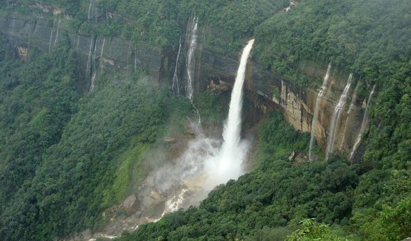 Als eine der regenreichsten Regionen der Welt hat Meghalaya natürlich viele Wasserfälle zu bieten (hier: Cherrapunjee Falls). Foto: sunanda