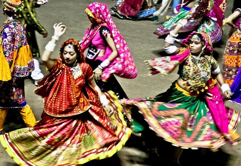 Tänzerinnen während der Navrati-Feiern in Gujarat. Foto: dpbirds