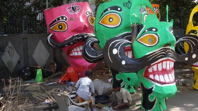 Solch riesige Figuren werden zu Dussehra in Delhi hergestellt. Foto: Durga AKV