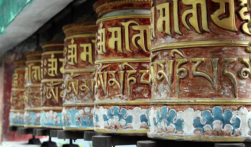 Buddhistische Gebetsräder in einem Tempel in Sikkim