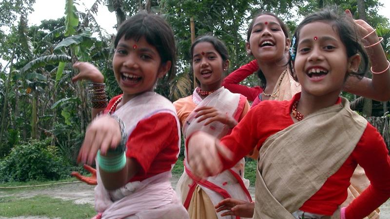 Tanzende Kinder beim Rongali Bihu