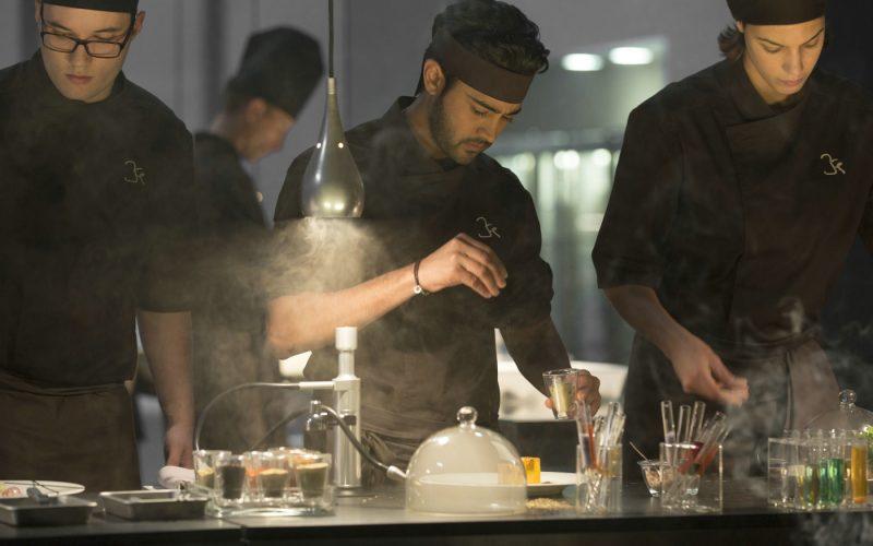 In der Molekularküche schafft Hassan (Manish Dayal) es ganz nach oben. © 2014 Constantin Film Verleih GmbH