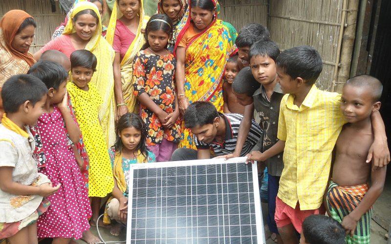 ANDHERI HILFE_Solarpanel überreicht