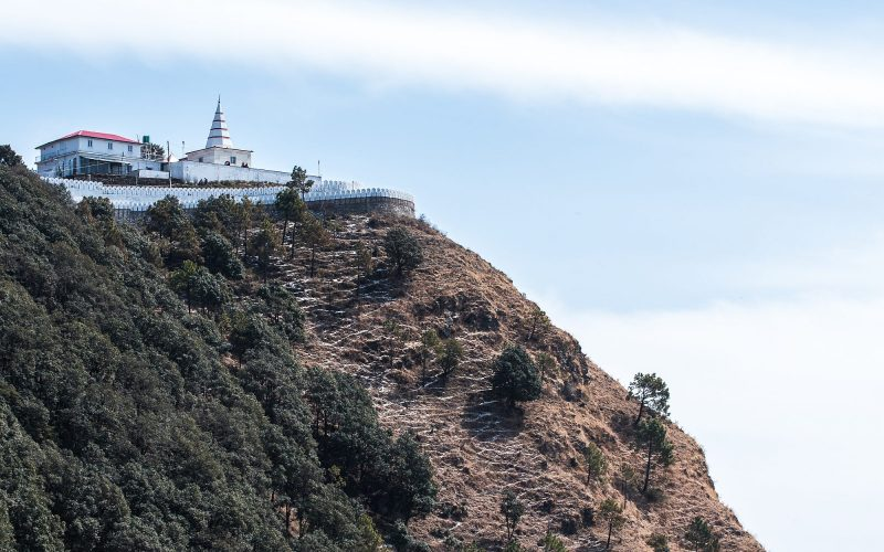 Kali ka Tibba liegt hoch auf einem Berg. Der Tempel kann zu Fuß oder mit dem Auto erreicht werden.