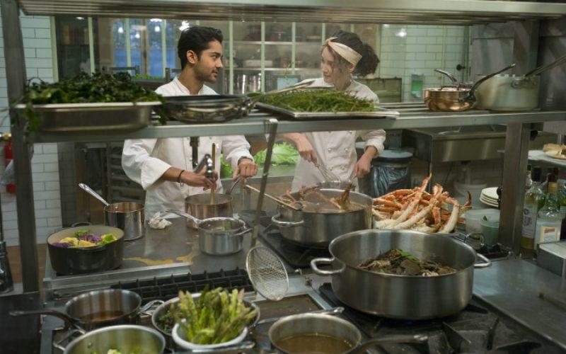 Hassan (Manish Dayal) und Marguerite (Charlotte Le Bon) sind leidenschaftliche Köche   © 2014 Constantin Film Verleih GmbH