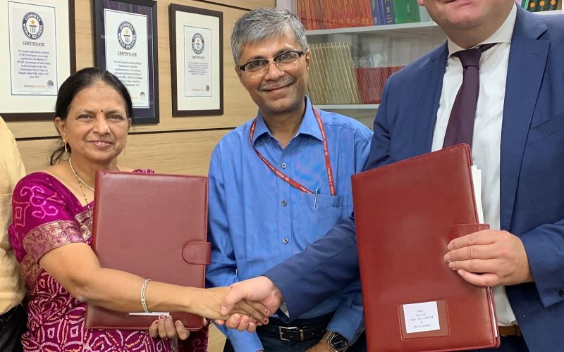 Neu-Delhi – Prof. Dr. Tanuja Nesari (Director AIIA), Dr. Vaidya Rajesh Kotecha (Staatssekretär Ministy of AYUSH), Dr. Christian Garbe (Geschäftsführer FiZ)