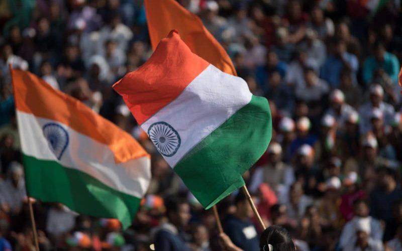 Indische Flaggen wehen in der Arena der Grenze.