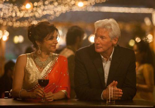 Mrs. Kapoor (Lillete Dubey) und Guy (Richard Gere) © 2014 Twentieth Century Fox