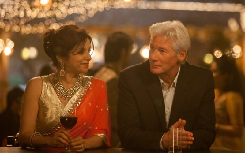 Mrs. Kapoor (Lillete Dubey) und Guy (Richard Gere) © 2014 Twentieth Century Fox