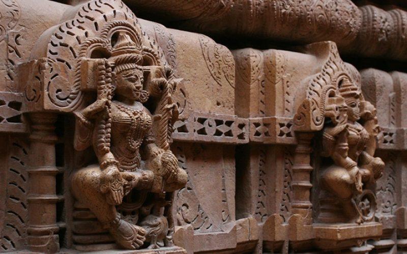 Jain Tempel sind auch ohne Festtagsdekoration sehenswert (hier: Detail in Jaisalmer). Foto: David Brossard