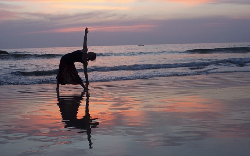 Yoga im Sonnenuntergang. Foto: Dennis Yang