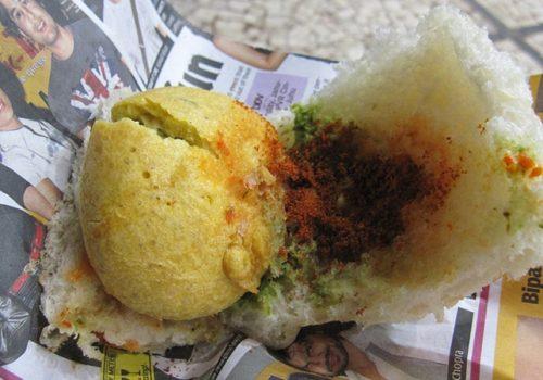 Street Food in Zeitungspapier, Mumbai