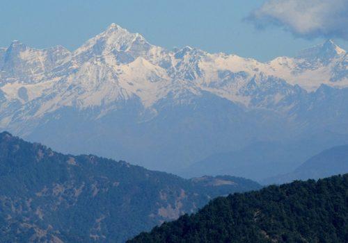 Im Vorhimalaya lässt sich die Sommerhitze Indiens gut aushalten (hier: Garhwal Himal von Sisters Bazaar bei Mussoorie aus gesehen). Foto: Paul Hamilton