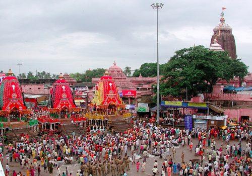 Links die drei geschmückten Wagen, im Hintergrund der mit Flaggen geschmückte Jagannath-Tempel. Foto: Rakesh Mishra