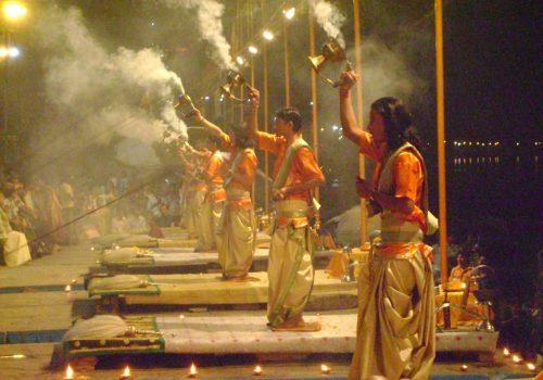 Junge Religionsgelehrte bei der Ganga Aarti in Varanasi. Foto: Shwetank Dixit