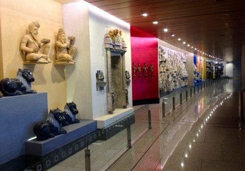 Ausstellungsstücke im Terminal 2 des Internationalen Flughafens in Mumbai. Foto: Trinidade