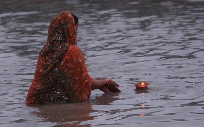 Kleine Lampen werden der Göttin Ganga geweiht. Foto: Yogita Ranapaheli