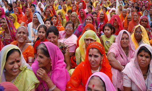 Gruppe von indischen Frauen mit bunten Saris