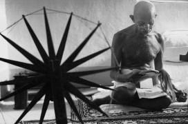 Gandhi mit seinem Spinnrad