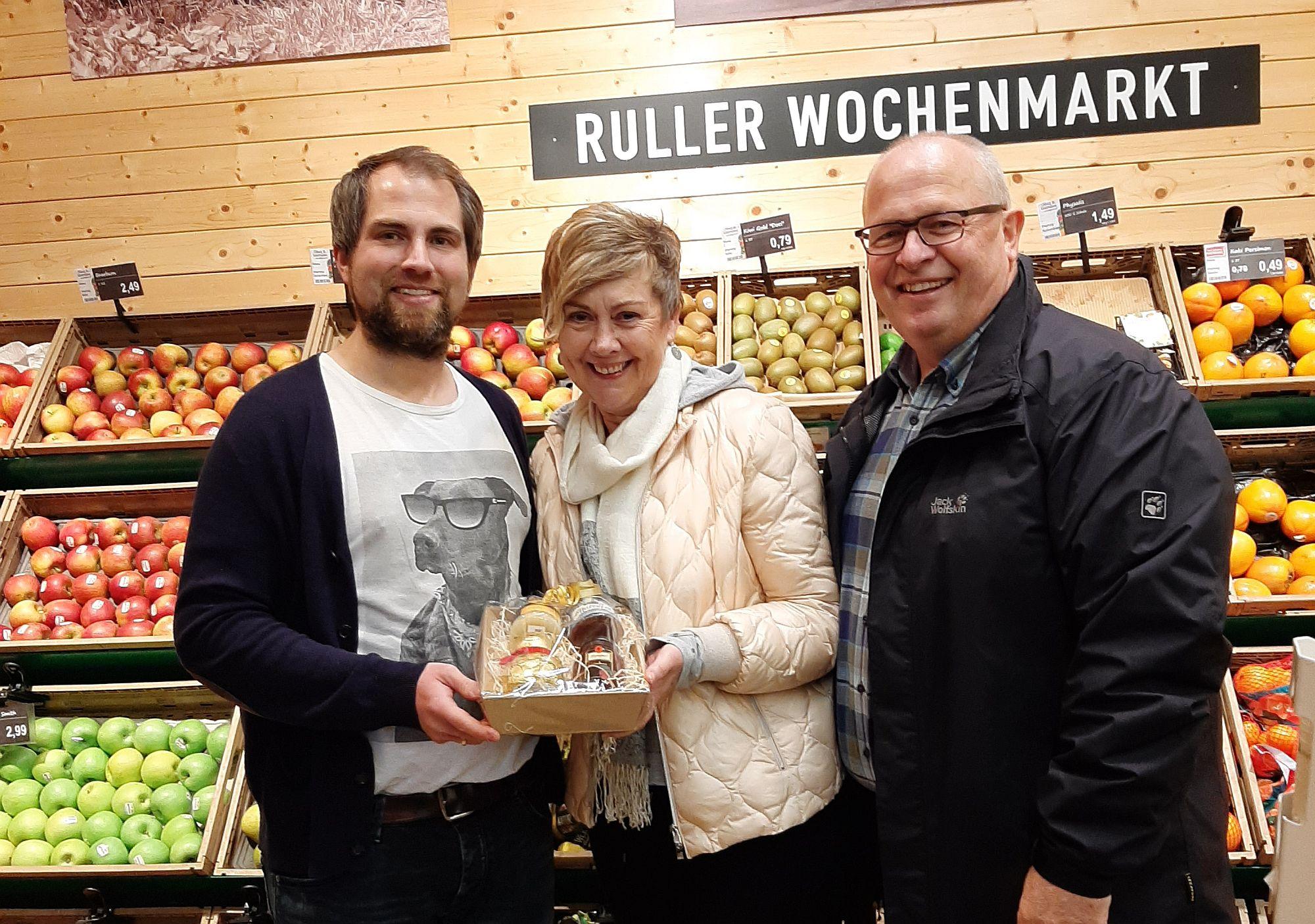 Präsentkorb vom langjährigen Partner Markant Glissmann in Rulle: (v.l.) Inhaber Jens Wechsler freut sich mit Dorothea Hähnel und Jürgen Fluhr über das 300. Mitglied.