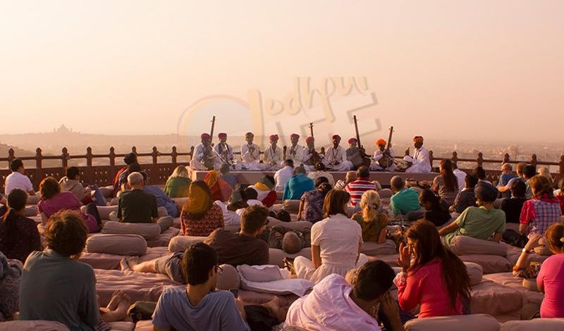 Ein Konzert im Mehrhangarh Fort über den Dächern der Stadt. Foto: Jodhpur Riff