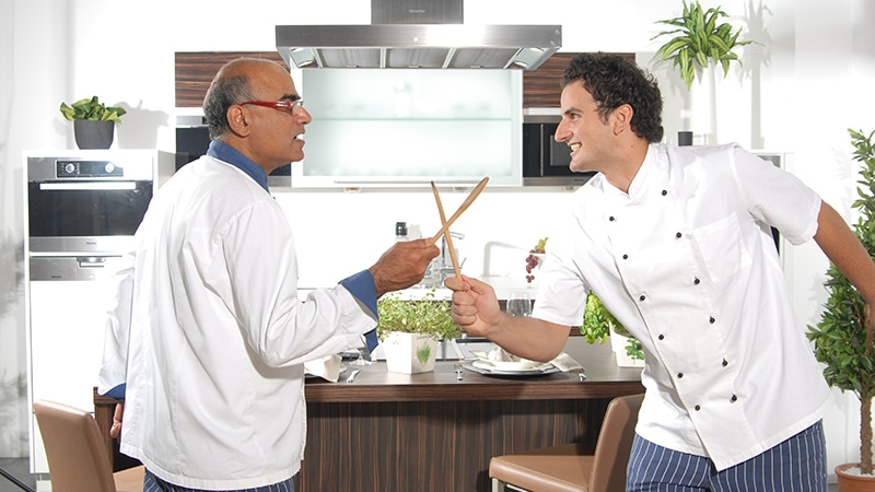 "Vater und Sohn im ""Küchenduell"". Foto: Maharani Kochschule"