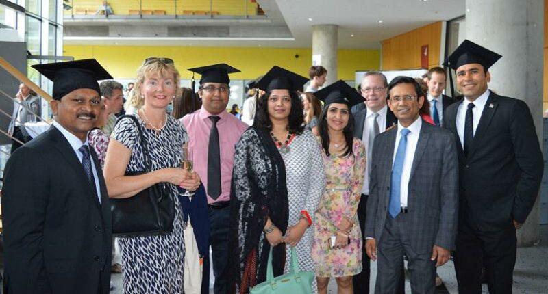 Prof. Dr. Yvonne Ziegler und Pradeep Dissanayake, Projektleiter, zusammen mit Absolvent(inn)en