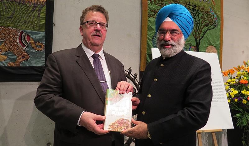 Parlamentarischer Staatssekretär Hans-Joachim Fuchtel mit Indiens Botschafter Gurjit Singh.
