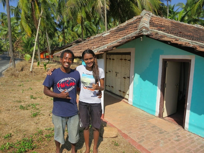 Tushara und Ishita an ihrem Shaka Surf Club in Karnatak. © Foto: Dorit Behrens