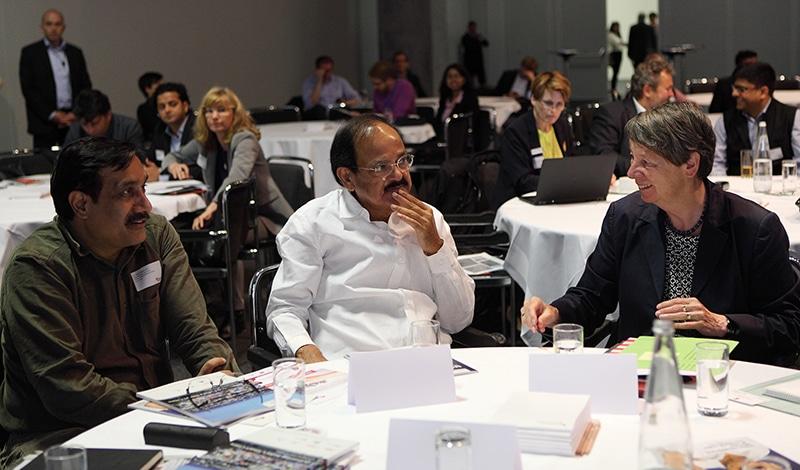 Dr. Sameer Sharma, Minister M. V. Naidu und Ministerin Barbara Hendricks kurz vor Beginn der Konferenz. Foto: Sera Cakal