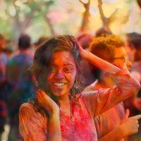 Das Holi-Fest sorgt dafür, dass Haut und Kleidung auch Tage später noch farbefroh leuchten. unsplash.com © Shubham Sharma (CCO Public Domain)
